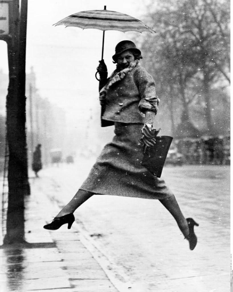 fotografia de moda - martin-munkacsi-the-portrait-in-action-the-puddle-jumper-1934-lady-with-umbrella