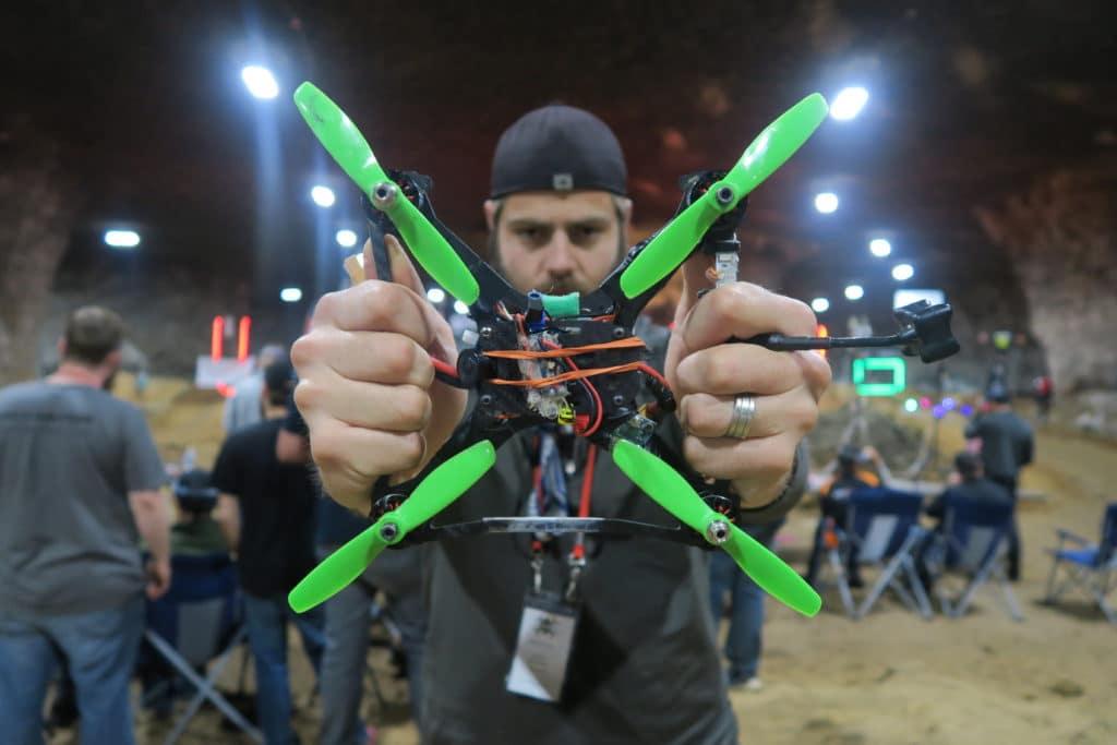 piloto-profissional-faz-manobras-incriveis-usando-um-drone-e-um-trem-de-carga-eMania-01-10