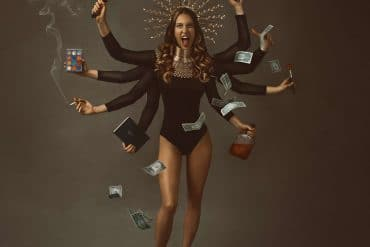 Fotógrafa traz reflexão através da fine art: 'Quarentena está levando as mulheres à loucura'